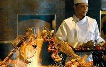 """迪拜人的""""土豪式""""吃法,车厘子削皮不算啥,吃烤肉是认真的吗?"""