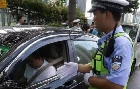 交警提醒:行驶证和驾驶证不要放在车里,抓到一个收一个!