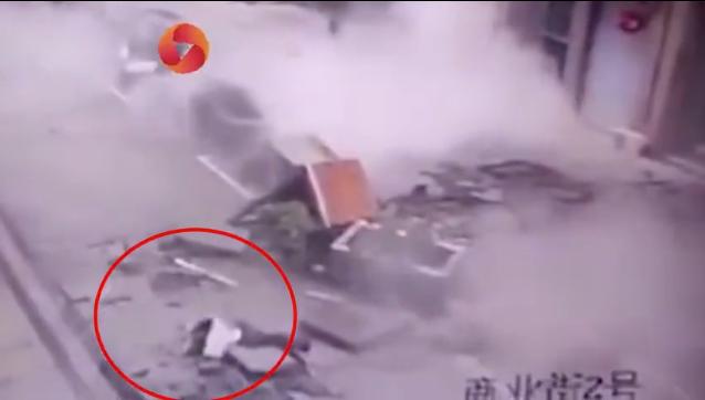 一家四口瞬间被炸翻 4名伤者为一家人
