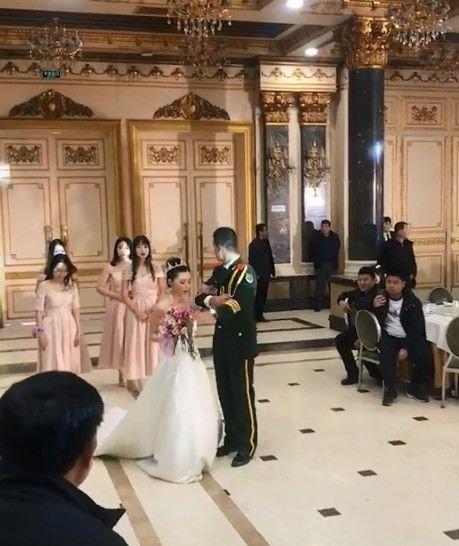 婚礼时新娘婚纱太长,看新郎做法,网友:又一对何捷张馨予