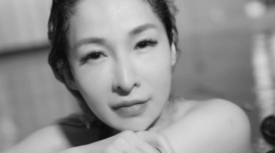 萧亚轩生病后复出拍MV起疹子 未拍MV烧掉近千万
