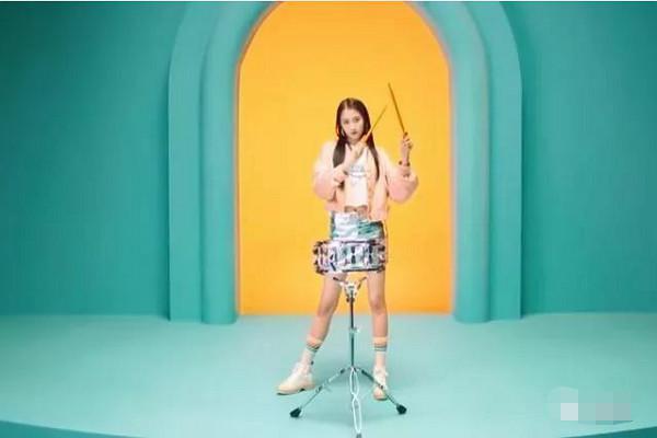 """关晓彤身穿""""锡纸裙"""",大秀长腿和A4腰,好身材让人羡慕插图(3)"""