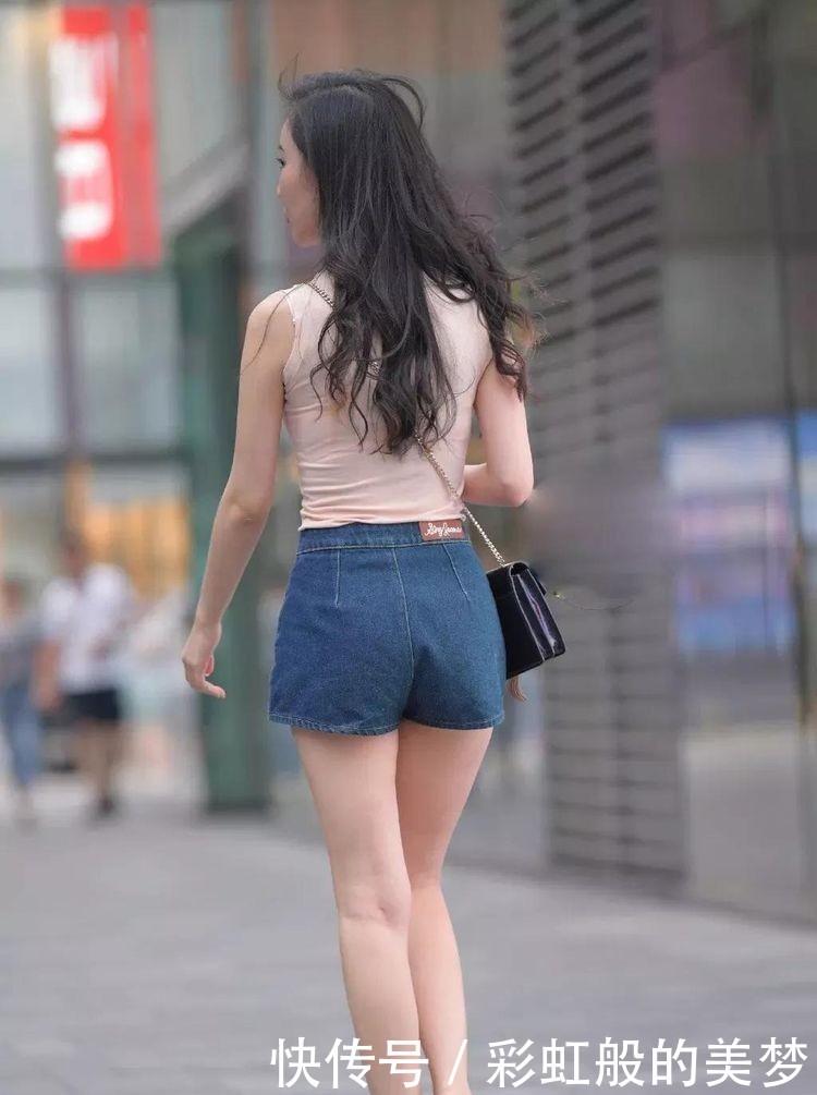 紧身的粉色无袖T恤衫斜挎包包,搭配短裤,美丽性感插图(4)