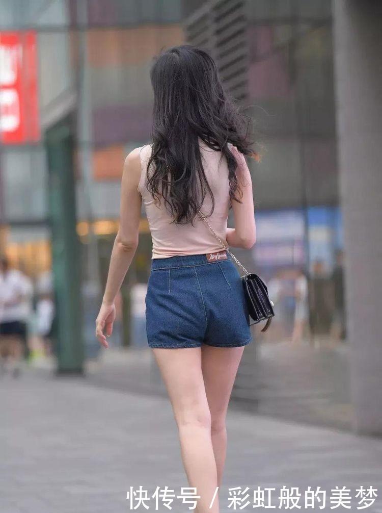 紧身的粉色无袖T恤衫斜挎包包,搭配短裤,美丽性感插图