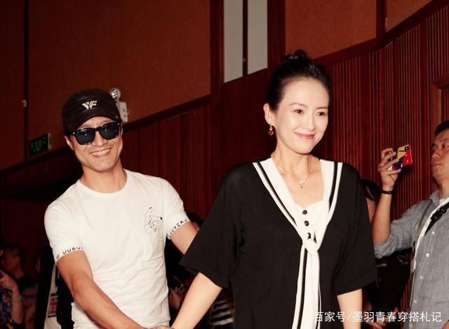 汪峰搀扶着爱妻章子怡出席活动,夫妇二人高调秀恩爱