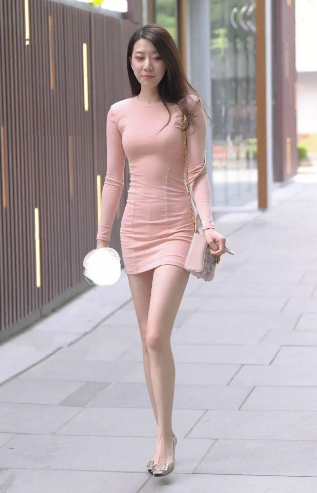 """街拍身穿""""藕粉色""""连衣裙的辣妈,凸显完美好身材"""