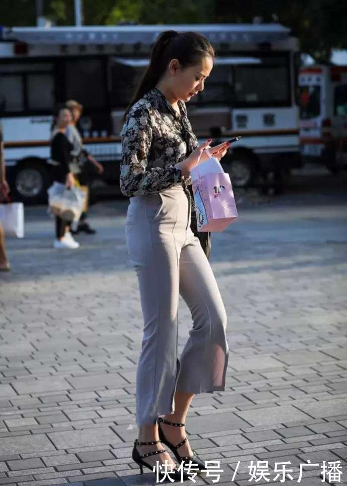 少妇给男人喂_街拍:40岁的少妇搭配紧身裤,成熟的女人味男人最喜欢