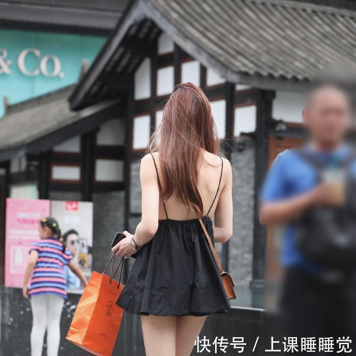 黑色吊带短裙街头拍摄,尽显白皙美背!插图