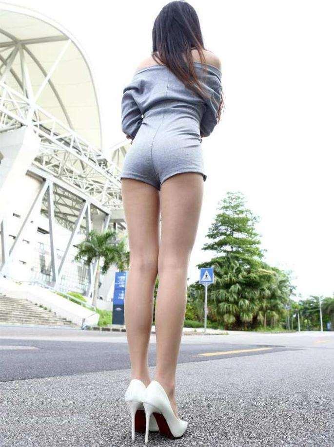 _街拍:这美女超短裤紧得点燃男人的征服欲