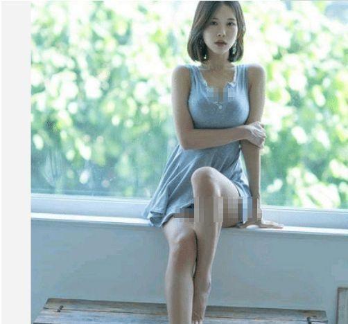 周妍希气质真的好 一身碎花连衣短裙秀出白皙修长美腿
