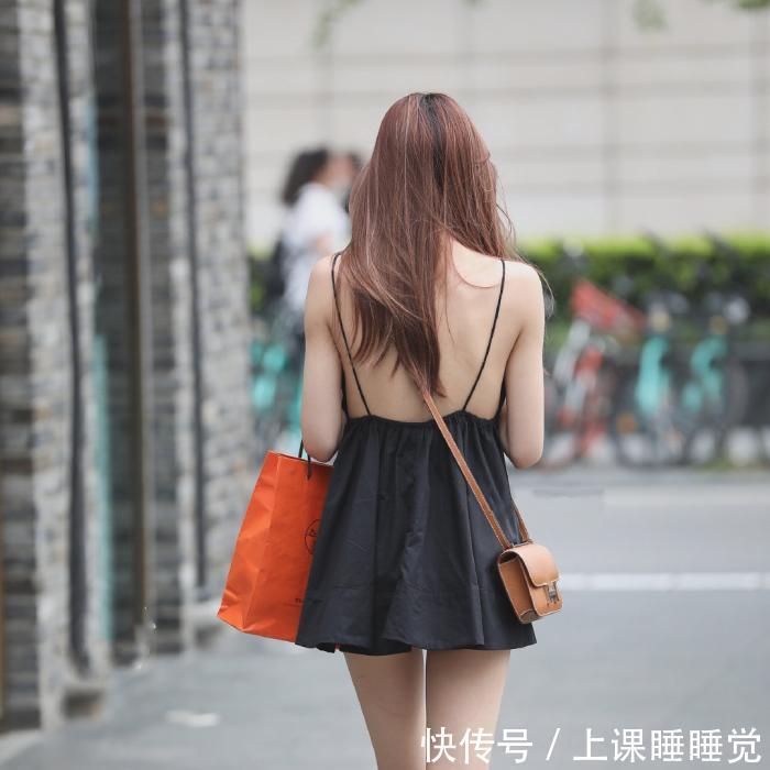 黑色吊带短裙街头拍摄,尽显白皙美背!插图(2)