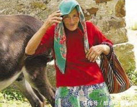 农村妇女赶集途中被一头公牛袭击,在一旁目睹过程的驴子却笑抽!
