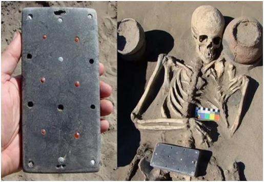 """2100年前古墓發現像iPhone文物,引發了不少網友無限""""腦補"""""""