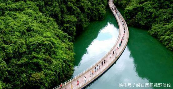 栈道全长约500米,顺着河水走可以欣赏到周边美景