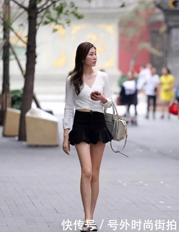 亚洲丰满少妇论坛_街拍:短裙少妇体态丰满,曲线诱惑,走在街头散发出妩媚