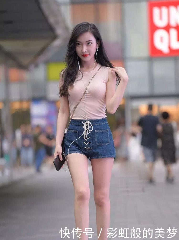 紧身的粉色无袖T恤衫斜挎包包,搭配短裤,美丽性感插图(1)