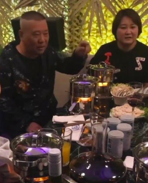 郭德纲与贾玲边吃火锅边传道授业,小火锅配红酒