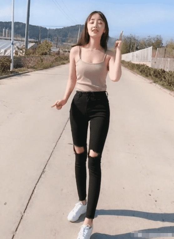 灰色背心搭破洞长裤穿出不一样的美,显出苗条身材 热点 热图2