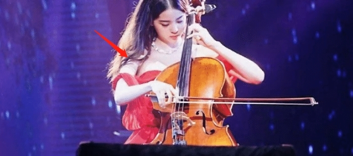 欧阳娜娜有多撩人?看着意外滑落的肩带插图(3)