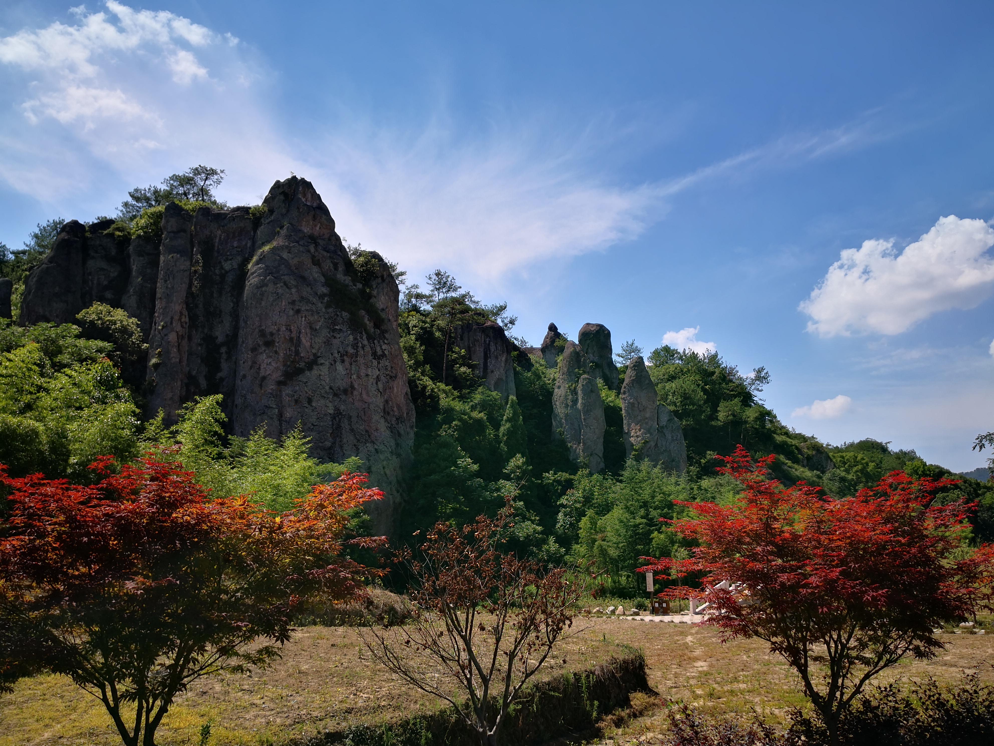 仙都風景區分布于東西約10公里的練溪兩岸,由小赤壁,倪翁洞,鼎湖峰,芙