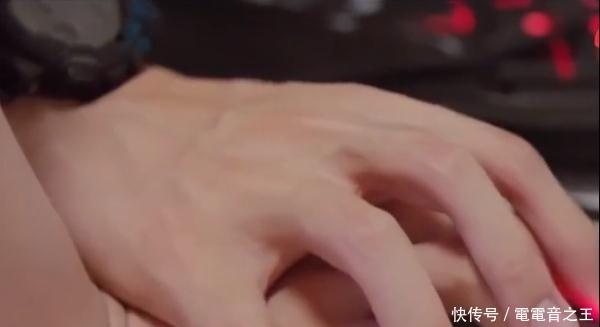 """杨紫叉腿跳到李现身上时,谁注意李现手放的""""位置""""?网友:羡慕插图(4)"""