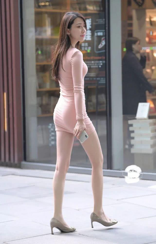"""街拍身穿""""藕粉色""""連衣裙的辣媽,凸顯完美好身材 男人文娛 熱圖2"""