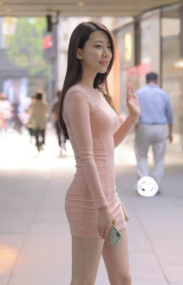 """街拍身穿""""藕粉色""""連衣裙的辣媽,凸顯完美好身材 男人文娛 熱圖4"""