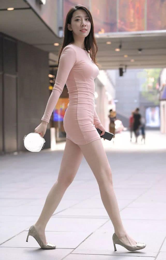 """街拍身穿""""藕粉色""""連衣裙的辣媽,凸顯完美好身材 男人文娛 熱圖3"""