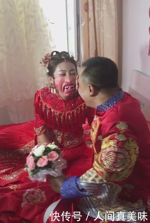 新婚之日,新郎去接亲,掀开新娘的婚纱后,新郎不淡定了