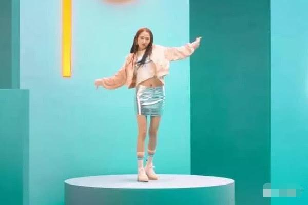 """关晓彤身穿""""锡纸裙"""",大秀长腿和A4腰,好身材让人羡慕插图(2)"""